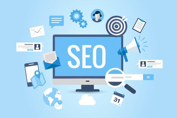 """Na imagem, há uma ilustração de um computador com """"SEO"""" escrito na tela, e vários ícones relacionados a busca na internet."""